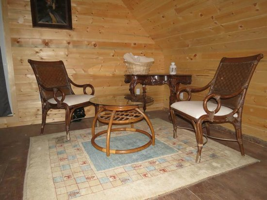 Beaverfoot Lodge: Sitting area for the loft bedroom of cabin 3