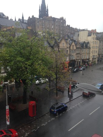 Apex City of Edinburgh Hotel: Street view from room