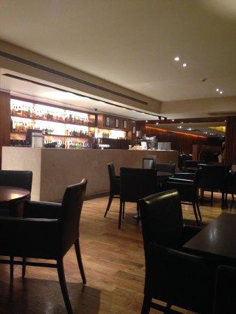 Apex City of Edinburgh Hotel: Bar area