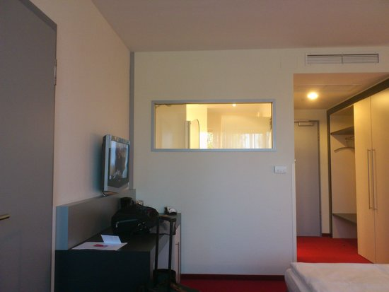 NOVINA Hotel Herzogenaurach: The room, thats the shower in there
