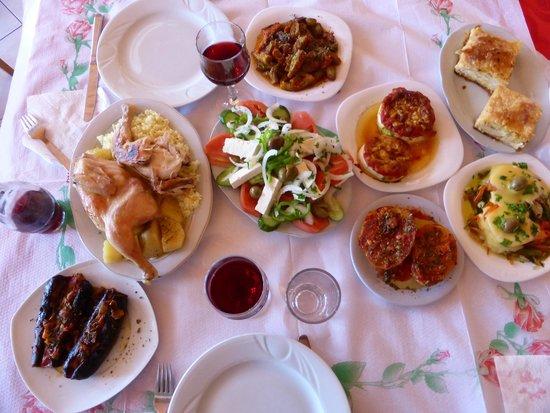 Bar Restaurant Onufri: Mesa farta - comida tradicional albanesa