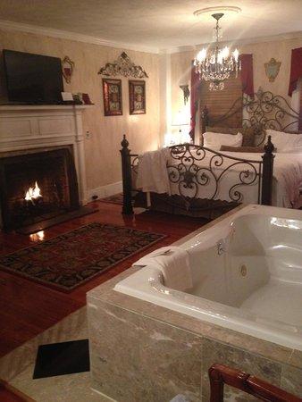 Historic Jacob Hill Inn: Waterfire Suite