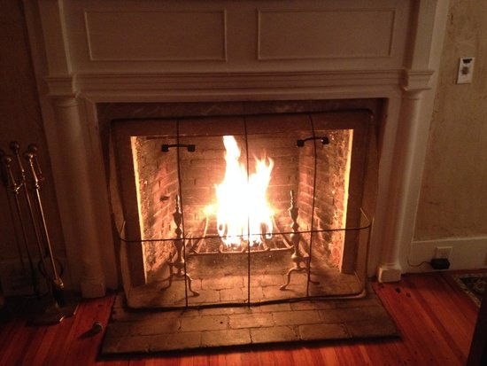 Historic Jacob Hill Inn: Fire in our room