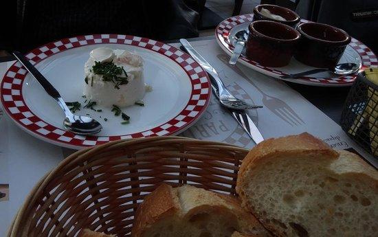 Grill Courtepaille : ขนมปัง เนย  Entrée