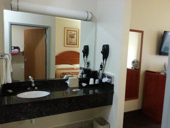Super 8 Salina: Nice big bathroom counter
