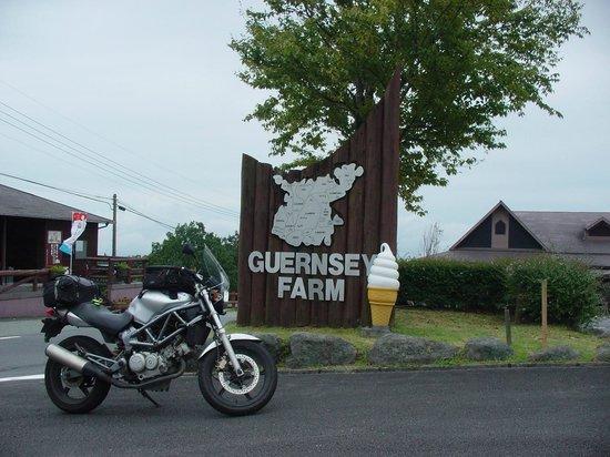 Guernsey Farm: 正門前でのマイバイクです。