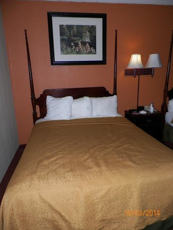 Days Inn & Suites Lancaster: bed was comfortable