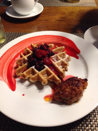 Haydon Street Inn B & B: Waffle and Homemade Sausage....delish and this is the norm for presentation!!!