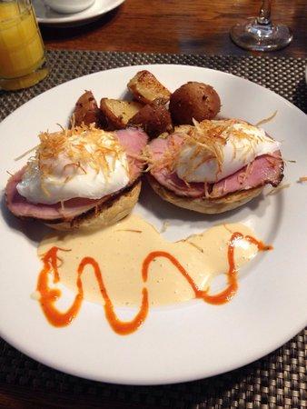 Haydon Street Inn B & B: Eggs Benedict with potatoes....another top shelf breakfast at the Haydon Street Inn!