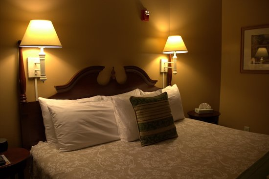 Inn at St. John: Very Comfortable King Bed with perfect lighting
