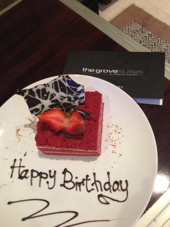 The Grove Suites : Birthday cake from the hotel