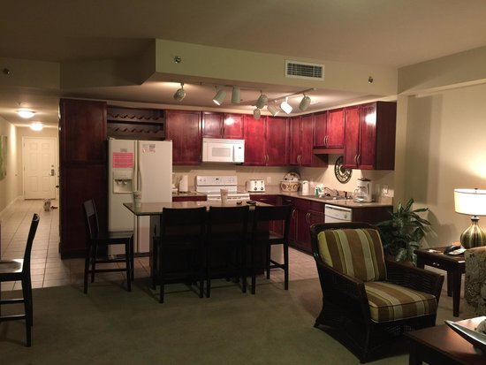 Laketown Wharf Resort: Living area + kitchen