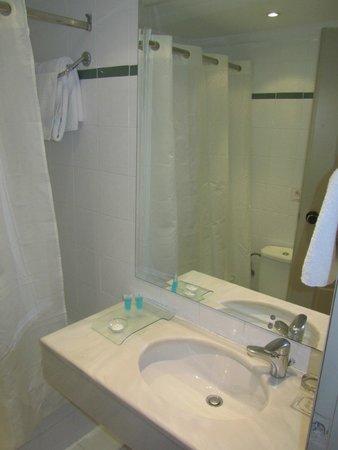 Acropolis Select Hotel: Banheiro adequado