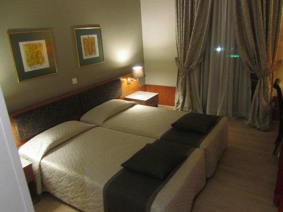 Acropolis Select Hotel: Quarto espaçoso e confortável