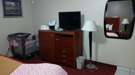 BEST WESTERN Tradewinds: dresser and cleverly housed kitchenette