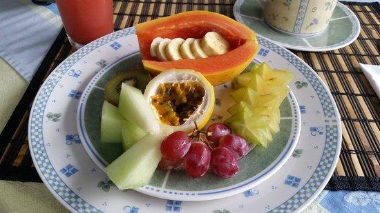 Hale Moana Bed & Breakfast: Tropical fruit at breakfast