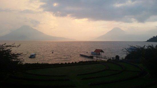 Hotel Atitlan: Atardecer volcánico