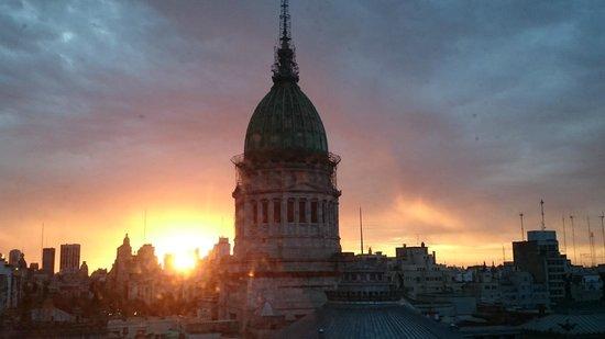 Uno Buenos Aires Suites: Amanhecer da janela do banheiro! ;)