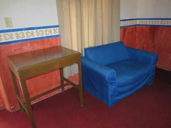 Hotel Posada de las Monjas: Muebles un poco estropeados.