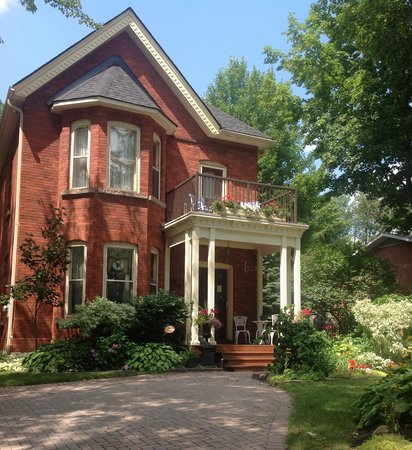 Westover's Three Twenty B&B: parking on property for guests 705-687-4100
