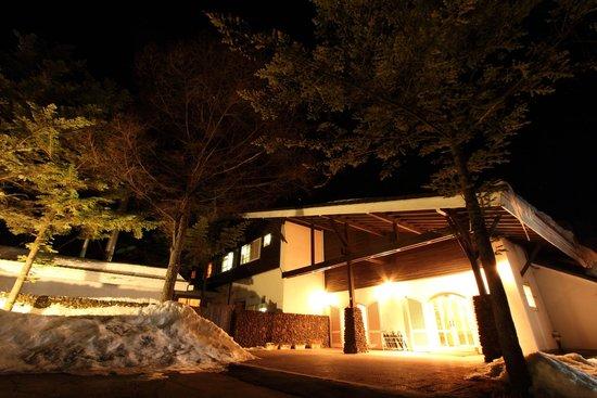 Kita-karuizawa Highland Resort Hotel: 歴史の趣を感じる本館(フロント、ダイニング)
