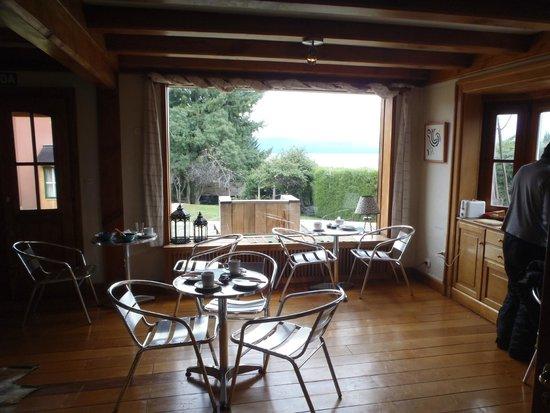 La Barraca Suites: Vista desde el comedor al jardín