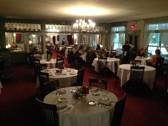 The Red Lion Inn : Main dining room with teapot collection