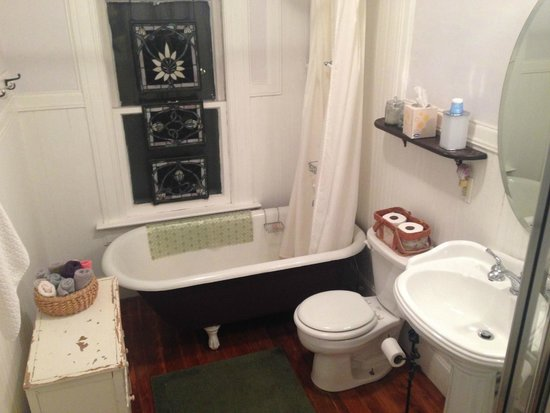 Estabrook House Bed and Breakfast : Here's the very clean bathroom for the rooms with baths.