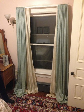 Estabrook House Bed and Breakfast : Odd curtains.... they let light through