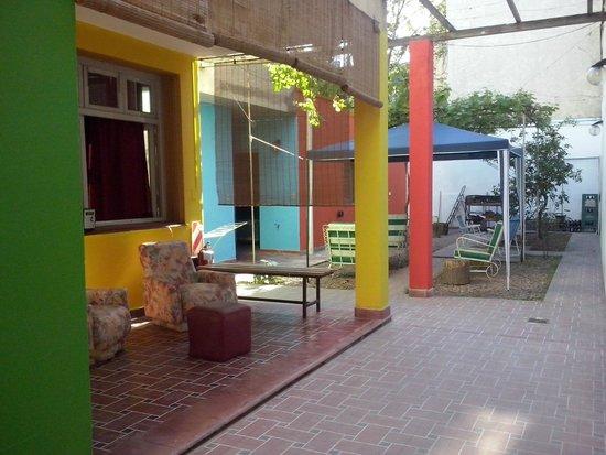 Hostel Simplemente Mendoza : Patio trasero amplio y comodo. Con parrilla disponible.