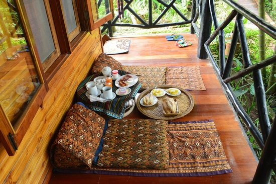 Thongbay Guesthouse : breakfast on the balcony