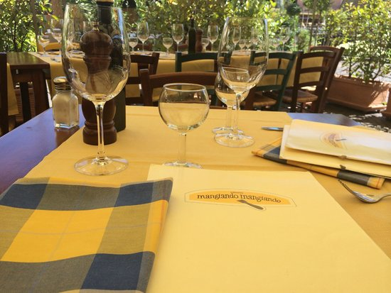 Mangiando Mangiando: Our table