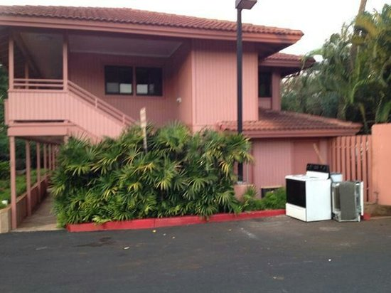 Kahana Falls: BE CAREFUL WHAT YOU BOOK! This is where hotel rooms and 1BDRM units that sleep two are located.