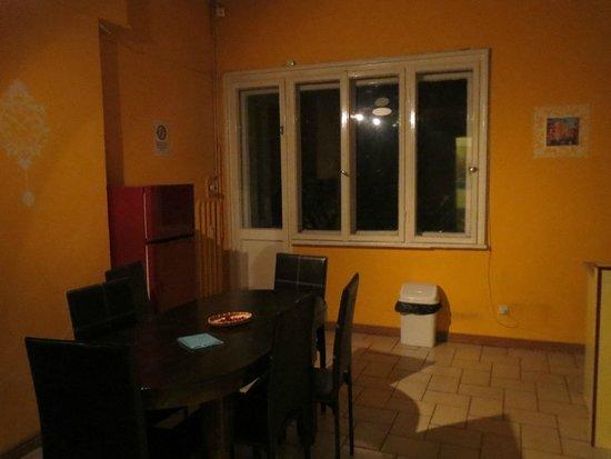 Hostel Mostel: Kitchen/dining area in apt.