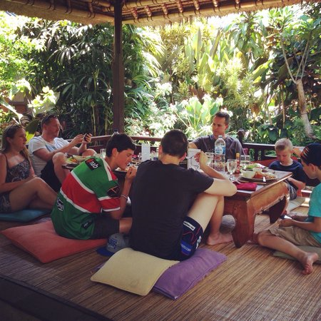 Cafe Wayan & Bakery : A relaxing lunch in beautiful gardens.