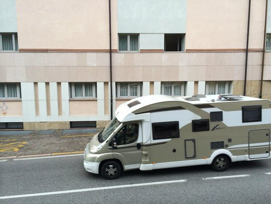 Hotel Savoy Palace : Rooms on ground floor behind the vehicle! DREADFUL.