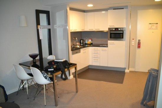 Küche mit Sitzecke - Bild von Adina Apartment Hotel Hamburg ...