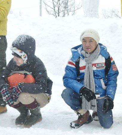 Asahikawa, Japon : ขณะนั่งรอชม ขบวน นกเพนกวิน ครับ