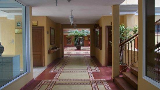 Hotel Riu Garoe: Innenhof und zu den Zimmern