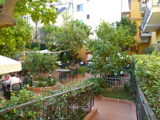 Astoria Hotel: View of garden bar/restaurant from entrance