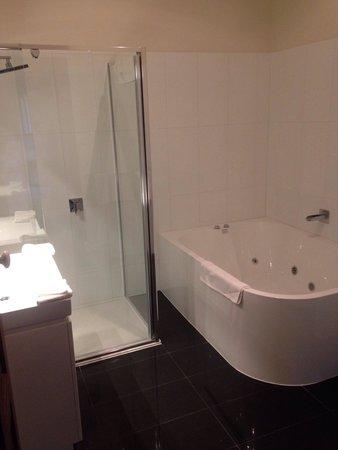 Daylesford Royal Hotel: Room 6 bathroom