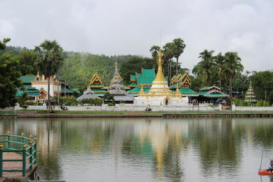 MaeHongSon Lake : The Wat and the Lake