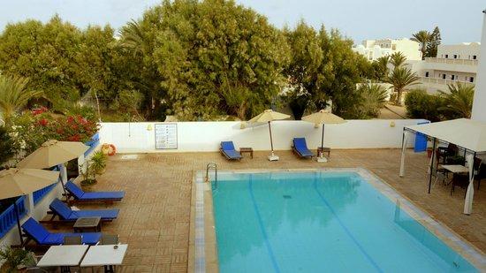 Dar Salem : la piscine vue du couloir qui mène aux chambres