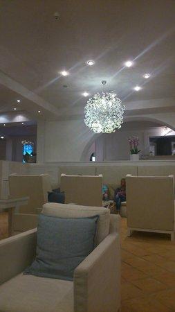 Forte Village Resort - Le Dune : Le bar de l'hotel Castello. Déco très chic