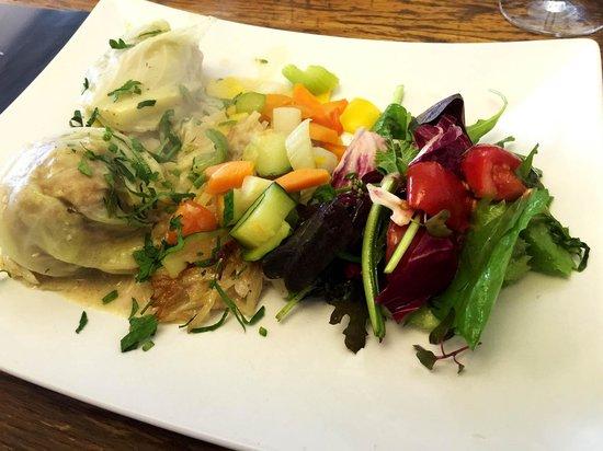 Cook: Kohlrouladen mit frischem Gemüse und Salat