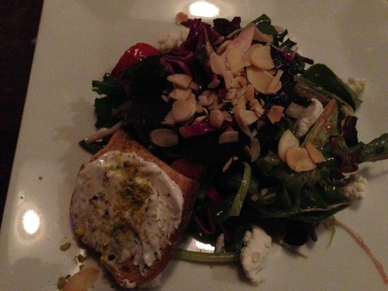 Byrsa Bistro: Strawberry and goat cheese salad