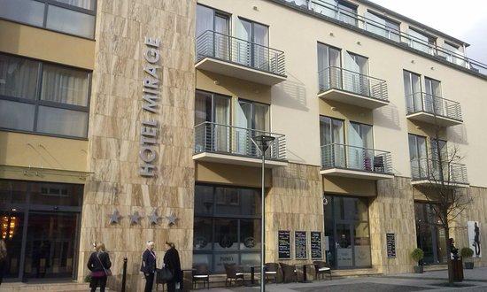 Hunguest Hotel Mirage : вход в отель