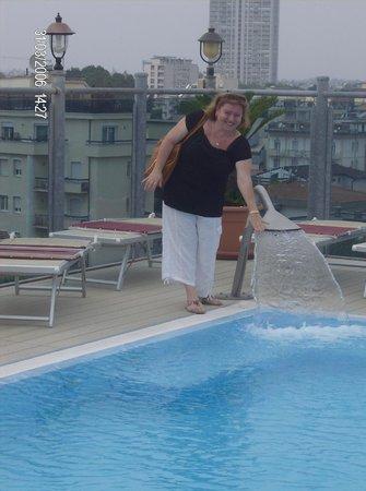 Hotel President: бассейн на крыше.