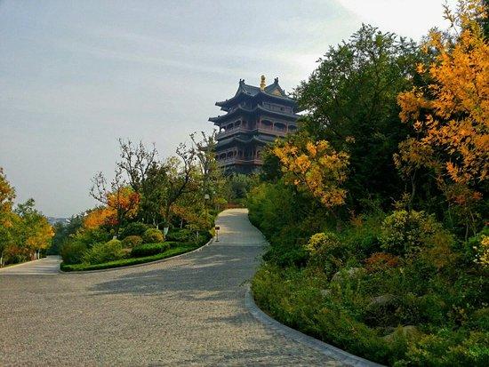 Weihai Huancui Tower Park: 時序入秋,環翠樓側景