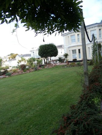 Clydesdale Apartments : Front and Garden
